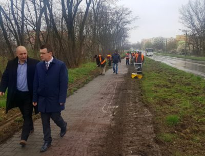 Wiosenne porządki na powiatowych chodnikach. Pracownicy ZUM-u usuwają wieloletnie zaniedbania