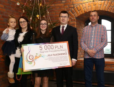 Prezydent nagrodził młodą wokalistkę. Julia Tłuczkiewicz otrzymała 5000 zł na rozwój muzycznego talentu