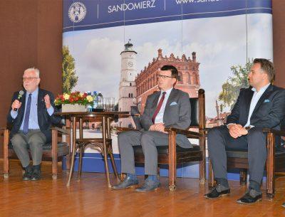 Debata samorządowców w Sandomierzu. Prezydent Ostrowca mówi o sukcesach i bolączkach