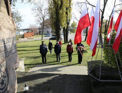 Wiązanki pod pomnikami pomordowanych w 1943 roku ostrowczan. Świece na grobach zmarłych samorządowców