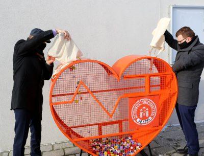 Dobry sposób na pomaganie i recykling. Serca na nakrętki stanęły na terenie Ostrowca