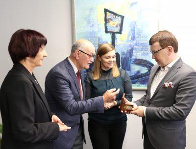 100 – lecie stowarzyszeniowej branży hutniczej w Ostrowcu Świętokrzyskim. Medal i podziękowania dla prezydenta miasta